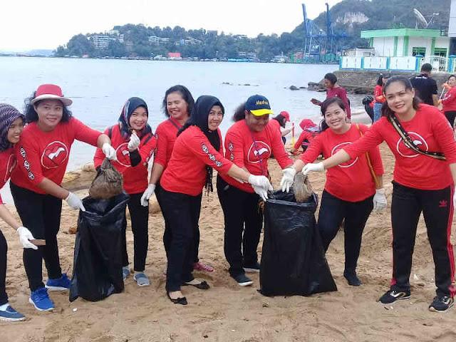 Bhayangkari Papua Gelar Bakti Sosial Bersihkan Pantai Dok II Jayapura
