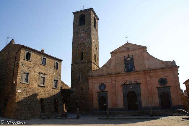 La piazzetta di San Donato e il Duomo, centro della frazione di Civita