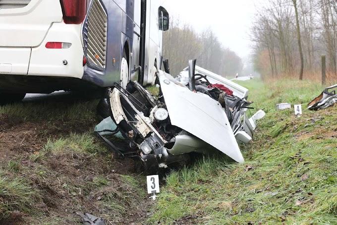 Busszal ütközött egy autó Győrszemerénél – 22 éves fiatalember vesztette életét