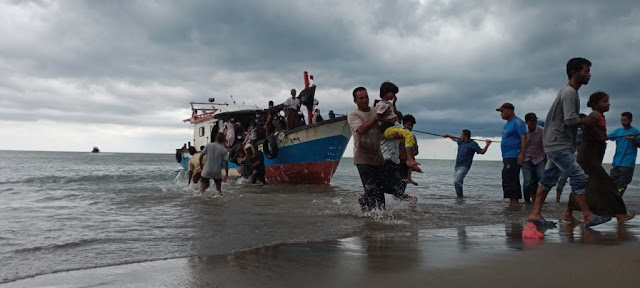 MENGHARUKAN... Warga Aceh Selamatkan Pengungsi Rohingya Yang Terdampar, Warga Patungan Beri Makan