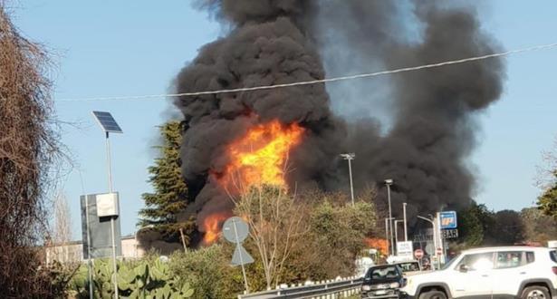 قتيلان و13 جريحا بانفجار محطة وقود في إيطاليا