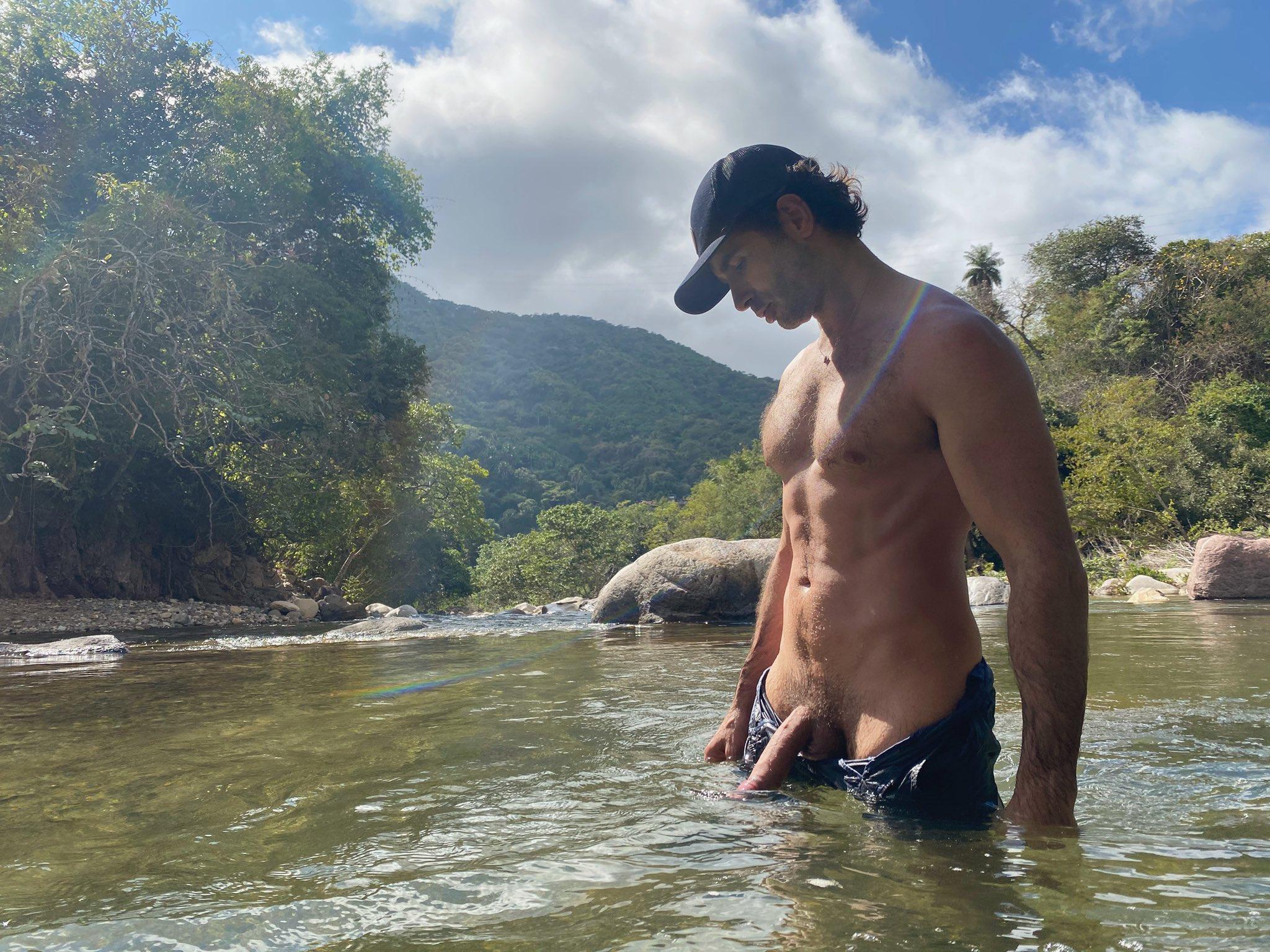 desnudo en el rio para que me lo veas y grande