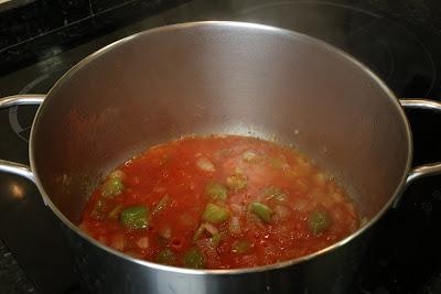 Preparación de sopa de fideos con rape y merluza