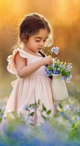 Hình Nền Baby Đáng Yêu Với Lọ Hoa