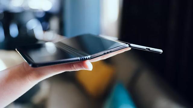 شاهد بالصور: النموذج الأولي للهاتف القابل للطي من TCL