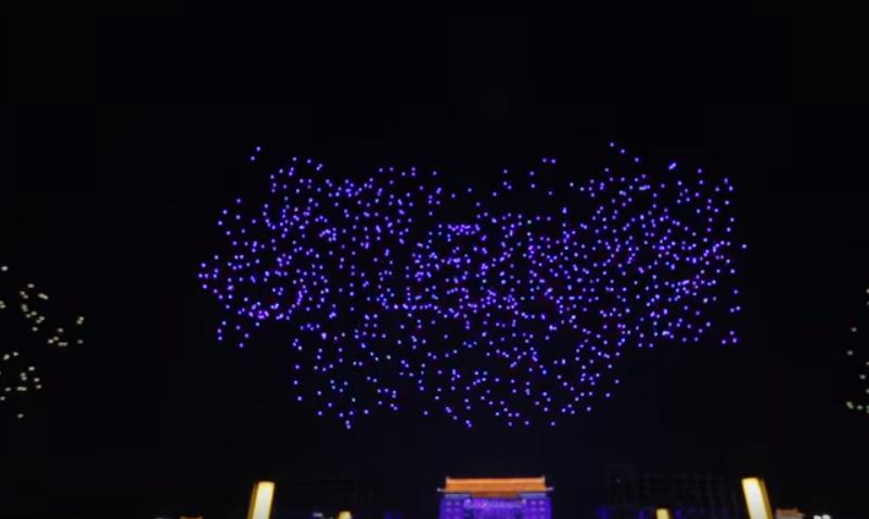 Китайцы устроили шоу из 1374 дронов  - видео