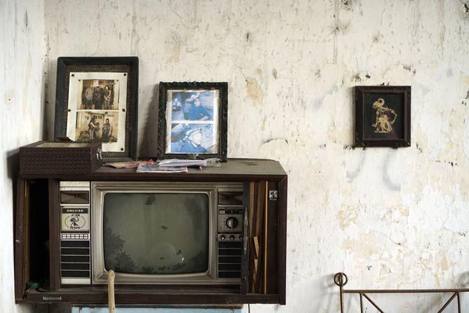 TV tua dan foto di Rumah Pocong Kotagede