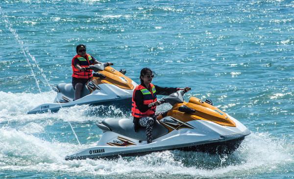 Bermain jet ski di pantai Tanjung Lesung