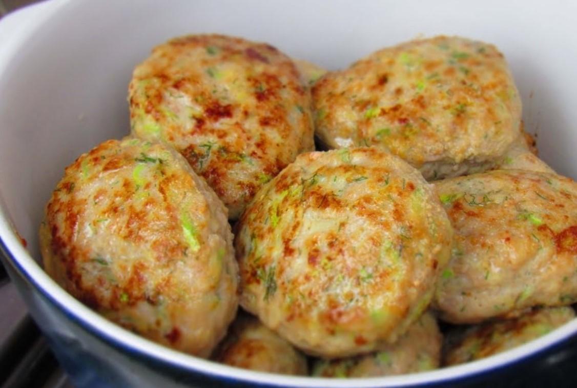 Легкие и пышные котлеты из куриного фарша с кабачком: сытно, вкусно, бюджетно
