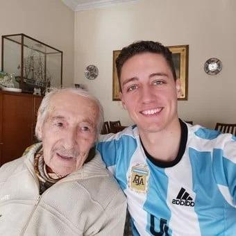 Abuelo anota goles de Messi a mano y jugador lo saluda