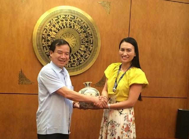 Phó Tổng cục trưởng Hà Văn Siêu tặng quà Kênh truyền hình VOVTV