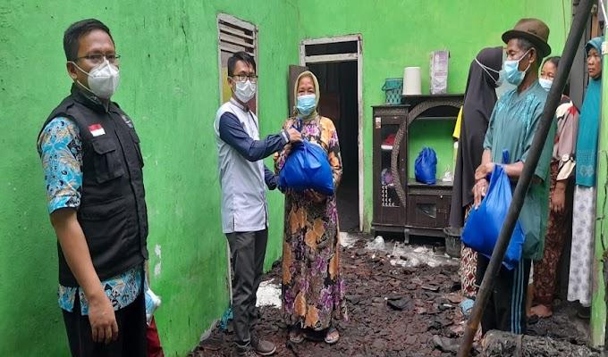 Camat Mekar Baru Kunjungi Korban Kebakaran di Desa Klutuk