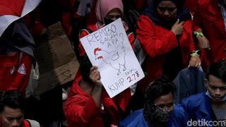 Tulisan Kocak Waktu Demo Mahasiswa di Depan Gedung DPR 9