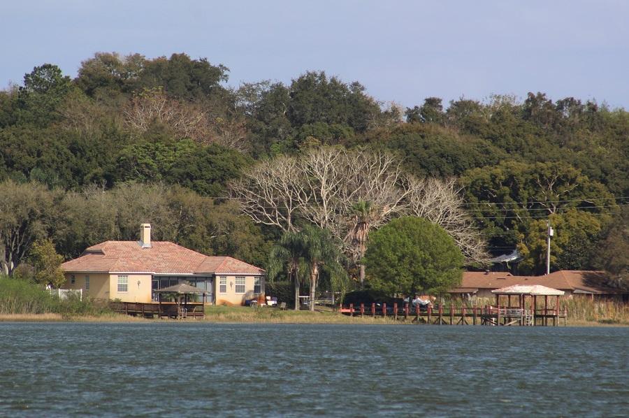Casas a orillas del Starke Lake
