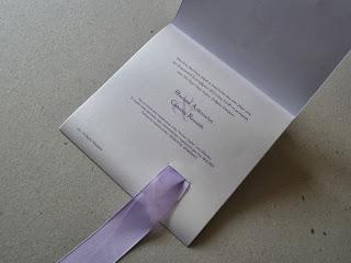 λευκή πρόσκληση γάμου με μωβ φιόγκο