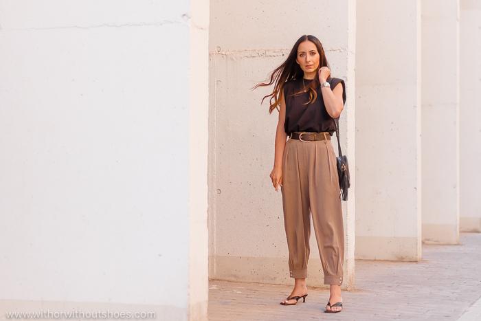 Streetstyle Look comodo con camiseta con hombreras pantalon slouchy y sandalias thong
