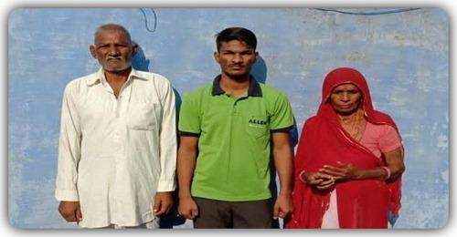 माता-पिता का साथ छूटा, चाचा और समाज के लोगों ने चंदा इकठ्ठा कर पढाया, NEET की परीक्षा में हुए सफल