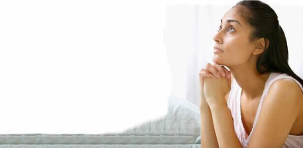 Esposa orando para salvar su matrimonio por infidelidad