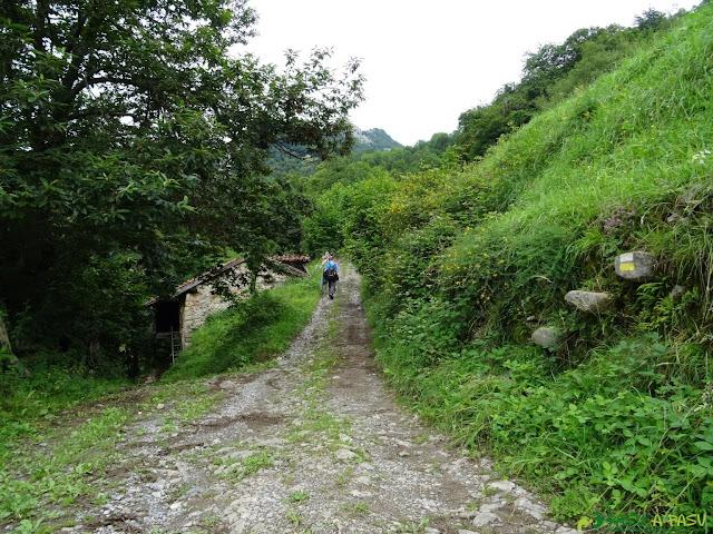 Cabaña y marca de ruta junto al camino
