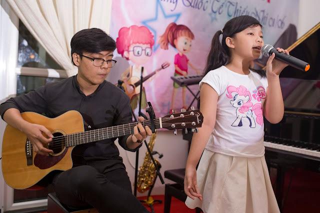 Khóa học thanh nhạc và biểu diễn.