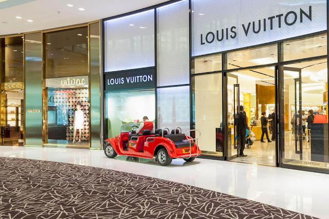 Ngoài 1.200 gian hàng bán lẻ của các thương hiệu thời trang đẳng cấp nhất thế gới như Hermes, Chanel, Gucci, Louis Vuitton, Dior, Dolce & Gabbana, Alexander McQueen, Marks & Spencer…, tại đây còn có Công viên nước Dubai, Trung tâm Discovery, cửa hàng kẹo lớn nhất thế giới Candylicious, công viên trong nhà rộng hơn 7.000 m2 và sân trượt băng trong nhà.