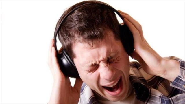 ¿Cómo daña el oído escuchar música a alto volumen?