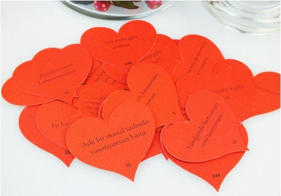 aşk kavanozu içinde kalpli kartlar