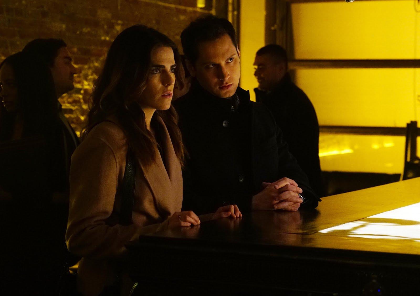 Laurel y Asher vigilando a Charles Mahoney