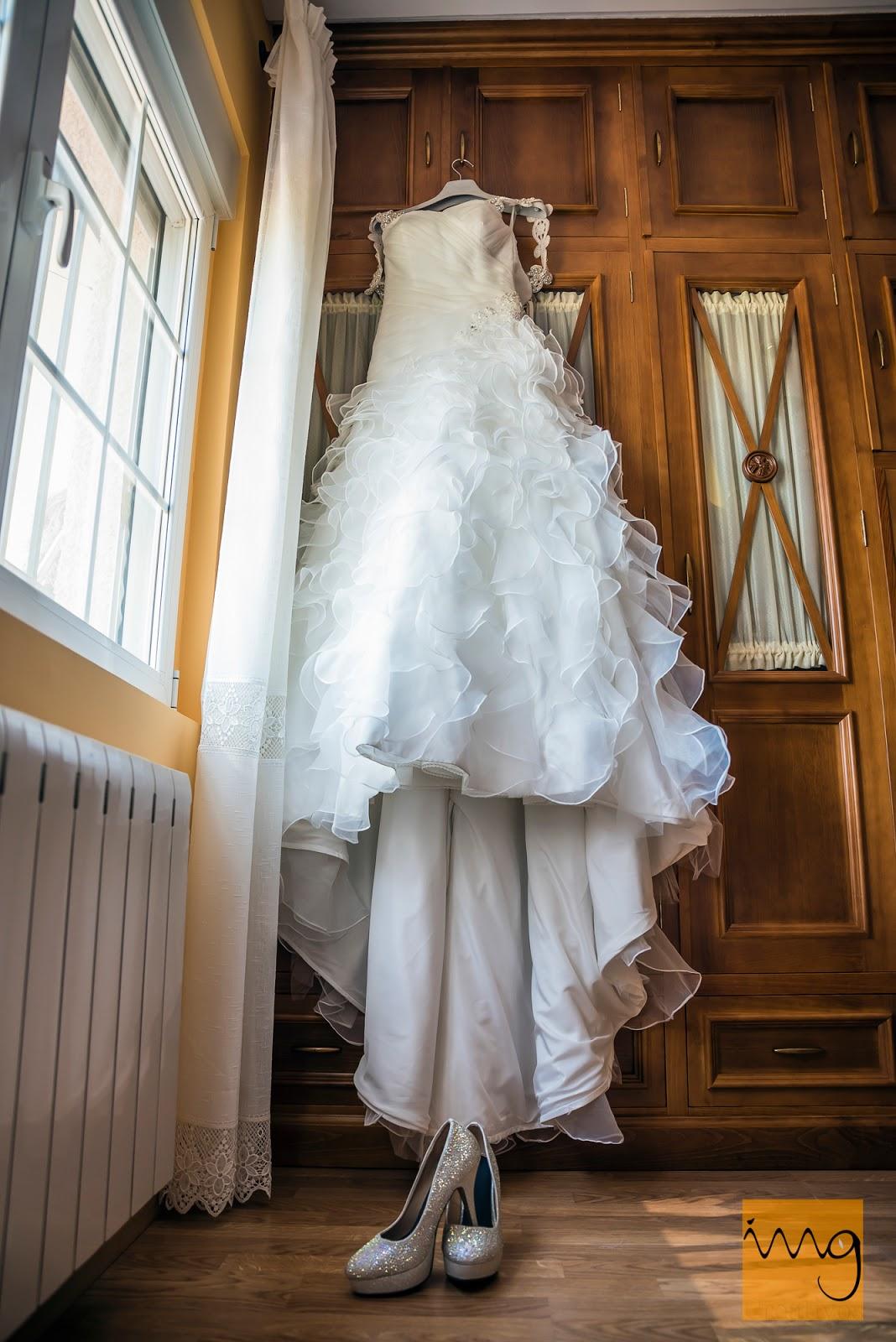 Fotografía del vestido y los zapatos de la novia
