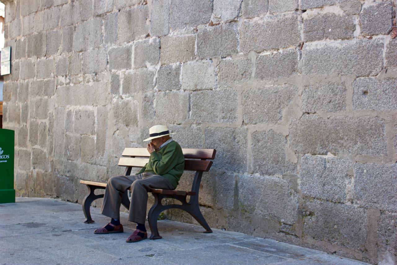 Anciano sentado en Avila, 2014