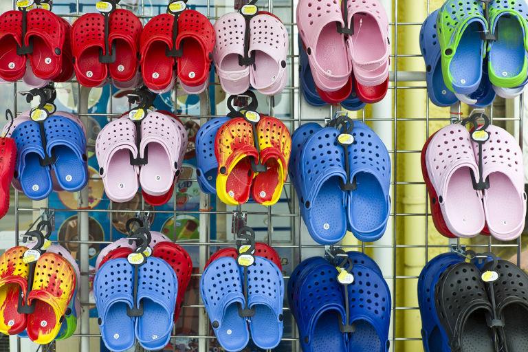 Bahaya Sandal Crocs, Menyebabkan Kanker Sampai Cedera Kaki