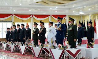 Gubernur Sumut Edy Rahmayadi Kenakan Pakaian Adat Batak Toba Ikuti Upacara Penurunan Bendera Nasional