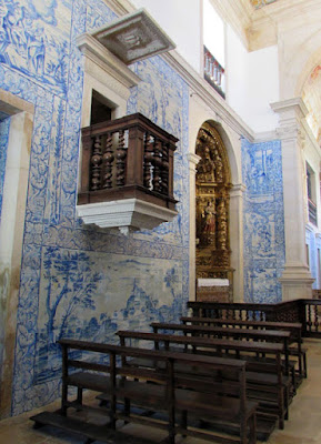 paredes de azulejos e altar barroco de uma capela