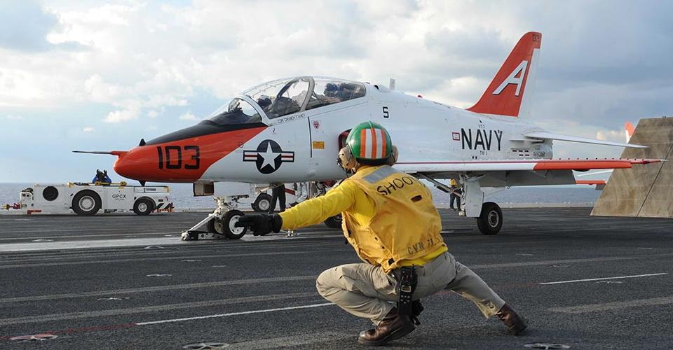 Три компанії змагатимуться в розробці нового навчального палубного літака для ВМС США
