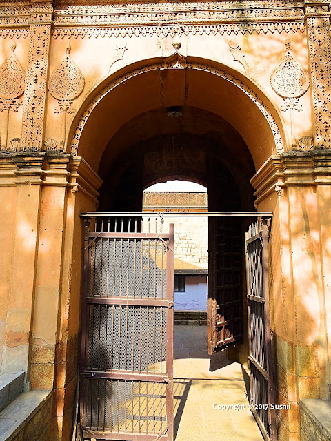 Close view of Current Main Gate, Bangalore Fort (sonesrs.blogspot.in)