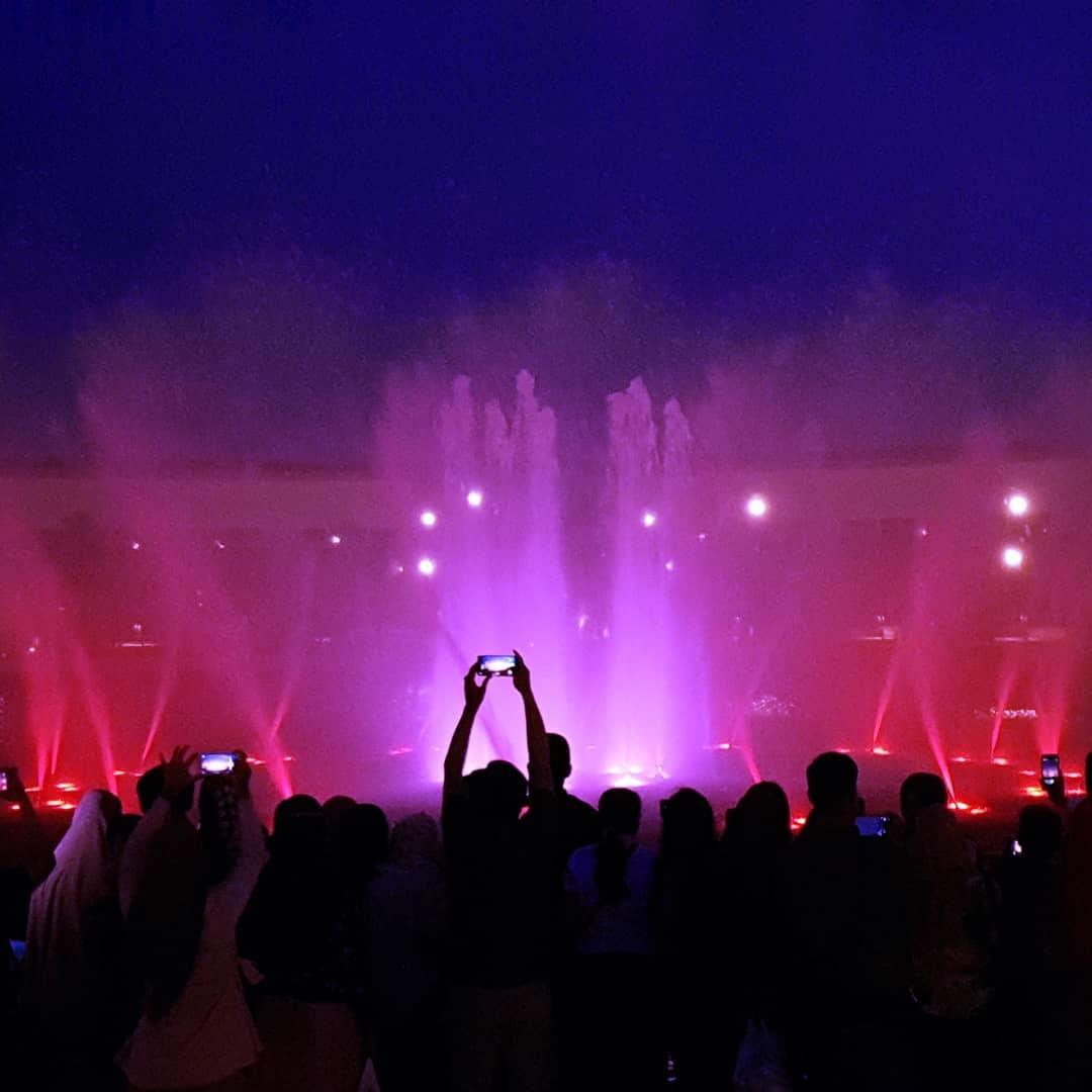 Menikmati Indahnya Dancing Fountain