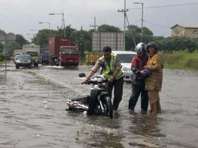 Musim hujan disaat ini sanggup menyebabkan motor Anda mau tidak mau harus melintasi banjir Tips Bersih Motor Terkena Banjir