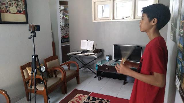 Raka belajar di rumah