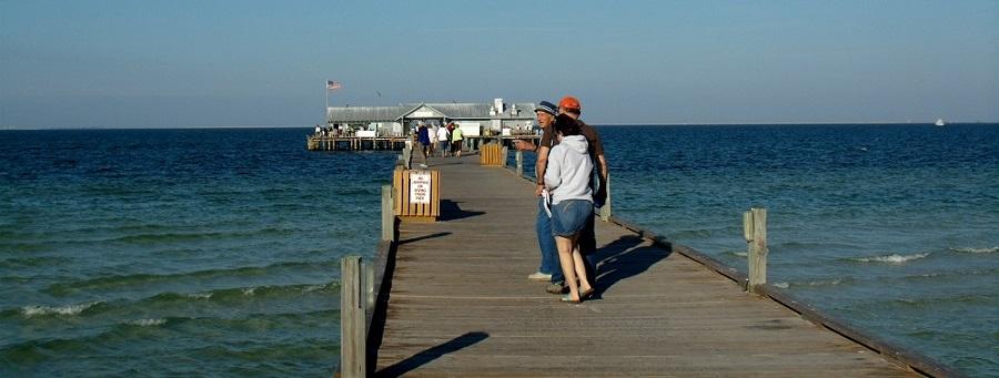 El muelle en Anna Maria City mirando hacia el interior de la bahía de Tampa