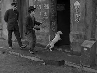 """Кадр из фильма Чарли Чаплина """"Собачья жизнь"""" / A Dog's Life (1918) - 15"""