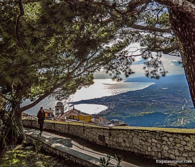 Sicília: O Golfo de Naxos e a cidade de Giardini-Naxos vistos das ruínas do Castelo de Castelmola