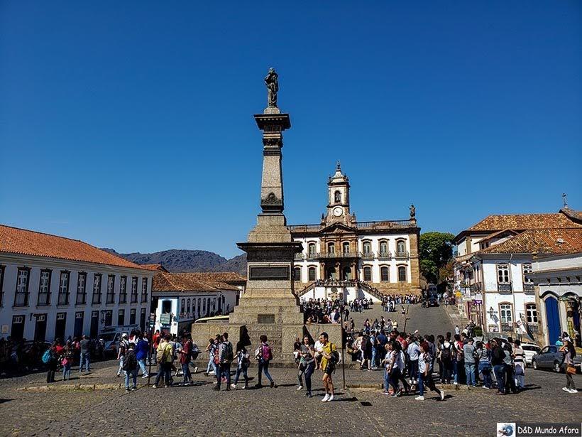 Destaque da Praça Tiradentes - Passeio de jardineira em Ouro Preto, MG