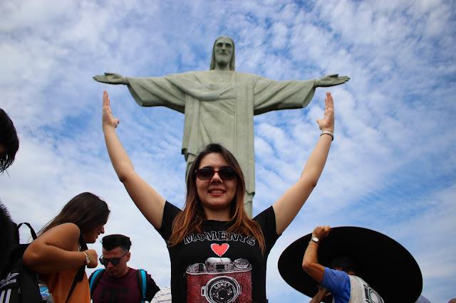 Mulher no Cristo Redentor, no Rio de Janeiro.