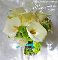 floristeria Ramo de novia en cartuchos blanco verde tallo con liston aqua y negro. Boda novia guatemala