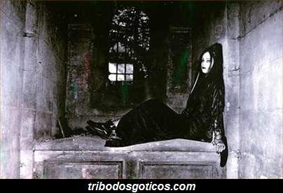 gotica sentada em algum lugar do cemiterio goticos