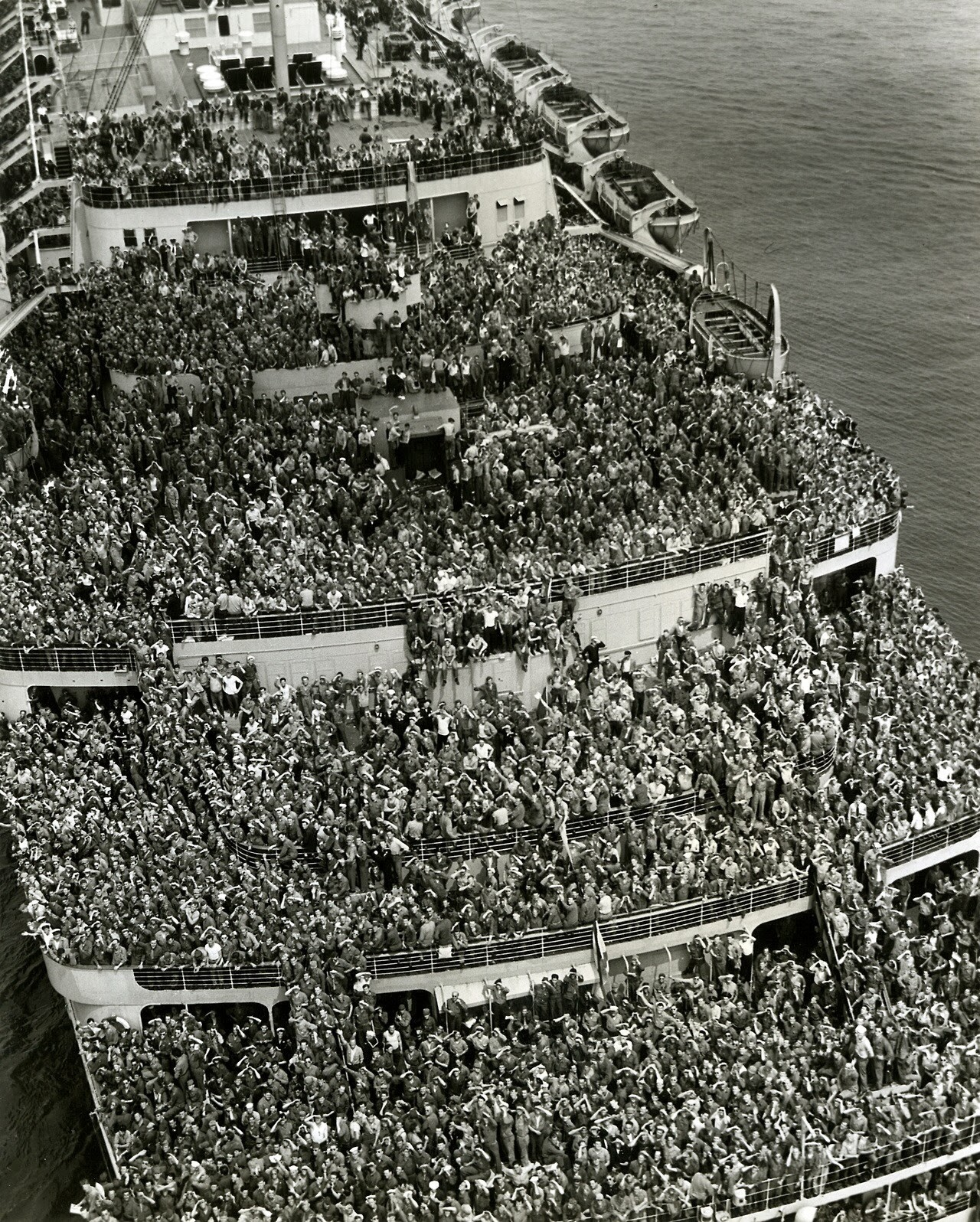 Crowded ship bringing American troops back home.