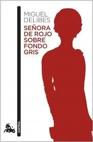 Critica libro señora de rojo sobre fondo gris