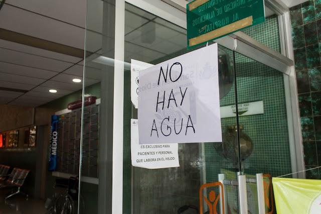 """En el San Juan de Dios hacen """"milagros"""" para no parar los servicios por la falta de agua"""