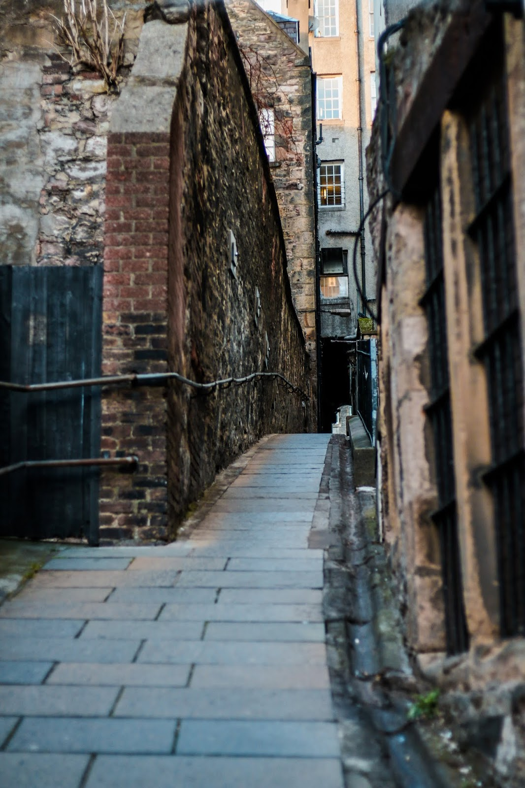 A photo of an Alley way in Edunburgh