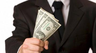 13 عادة يقوم بها الأغنياء يوميًا رجل يحمل يمسك مال نقود اموال فلوس مصارى man hold grab money hand businessman